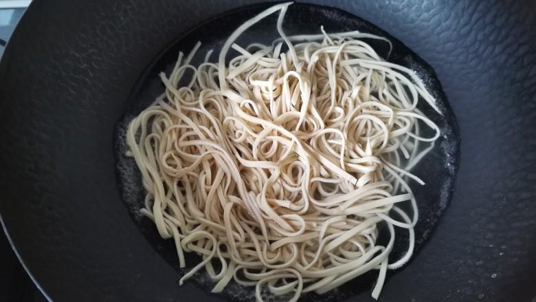 凉拌千张,锅中水开加入少许盐,放入豆皮丝焯水一分钟