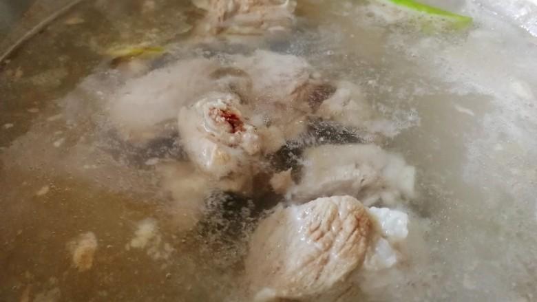 胡萝卜玉米排骨汤,大火煮开,煮5分钟。