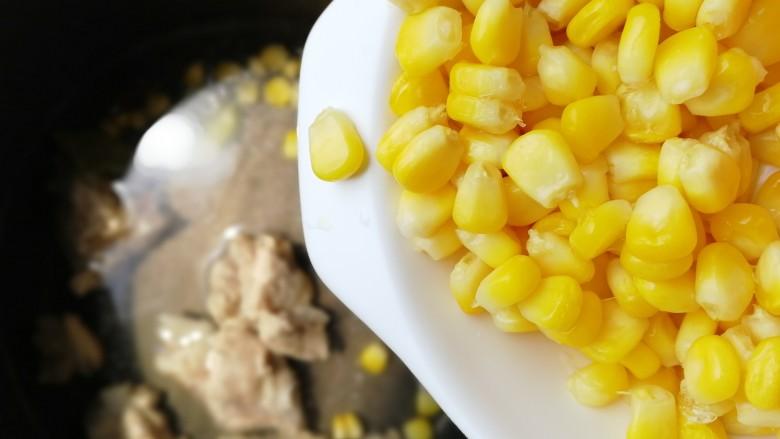 胡萝卜玉米排骨汤,加入适量开水,放入甜玉米粒。