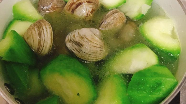 丝瓜花蛤汤,加入花蛤煮到开口,加少许盐调味即可
