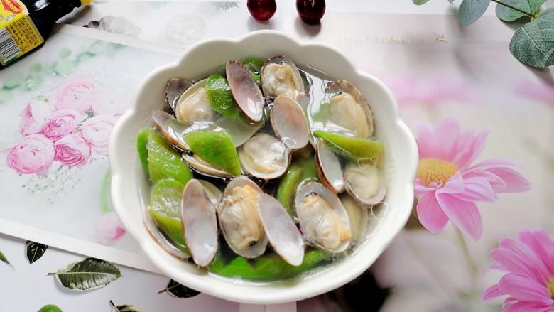 丝瓜花蛤汤,装入容器拍上成品图,一道鲜美的丝瓜花蛤汤就完成了。
