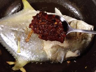 红烧王特鲳鱼,豆瓣酱放入锅中