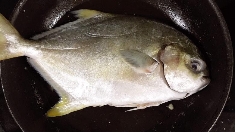 红烧王特鲳鱼,放入王特鲳鱼煎