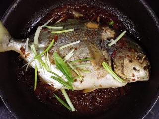 红烧王特鲳鱼,下小葱段、白糖。