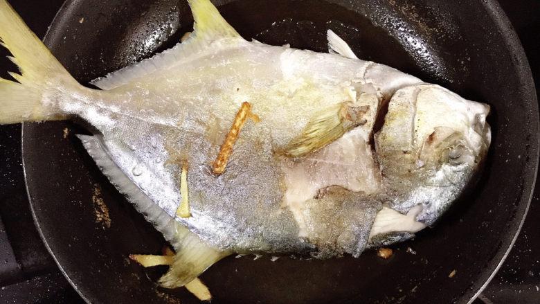 红烧王特鲳鱼,翻面继续煎。