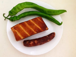 青椒炒素鸡,准备食材:青椒,素鸡,腊肠