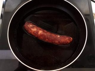 青椒炒素鸡,腊肠冷水下锅,水开后煮20分钟