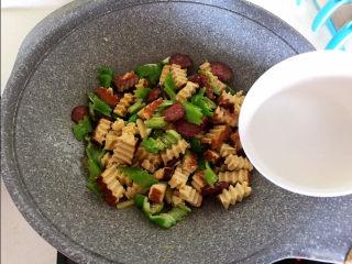 青椒炒素鸡,加入水淀粉