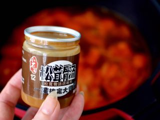 金针菇海兔汤,这个时候加入小石窖松茸骨汤。