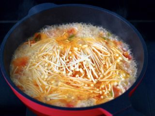 金针菇海兔汤,大火烧开后,再加入金针菇。