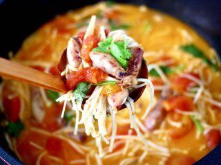 金针菇海兔汤,鲜香扑鼻又好喝,端上桌就秒光咯。