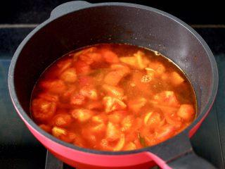 金针菇海兔汤,把番茄煸炒至软烂时,锅中倒入适量的清水。