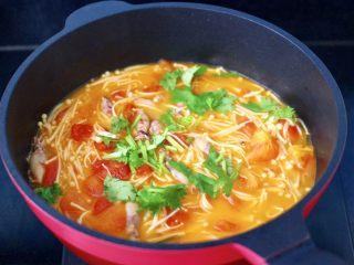 金针菇海兔汤,关火后撒上香菜段,就可以出锅咯。