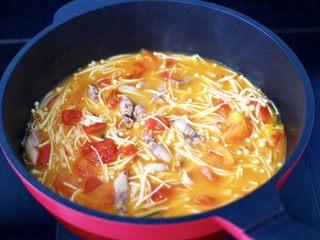 金针菇海兔汤,继续炖煮3分钟左右。