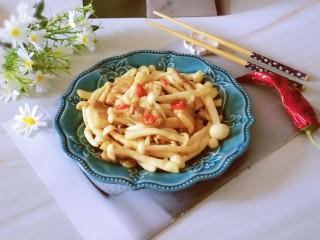 白玉菇炒肉,出锅装盘即可食用