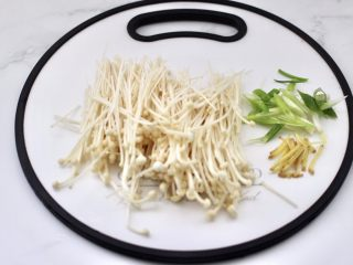 金针菇海兔汤,金针菇洗净后用刀切出根部,葱姜切丝。