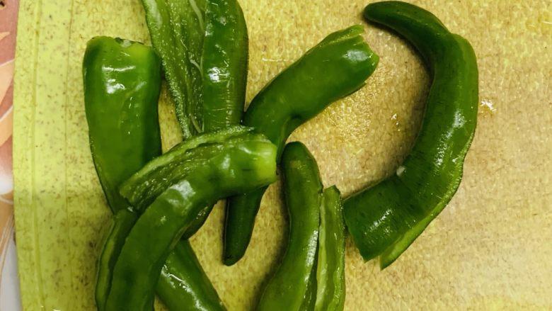 清炒南瓜丝,绿辣椒去籽洗净。