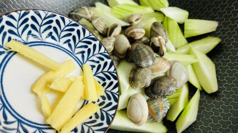 丝瓜花蛤汤,放入生姜