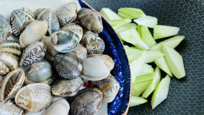 丝瓜花蛤汤,倒入洗净的花蛤