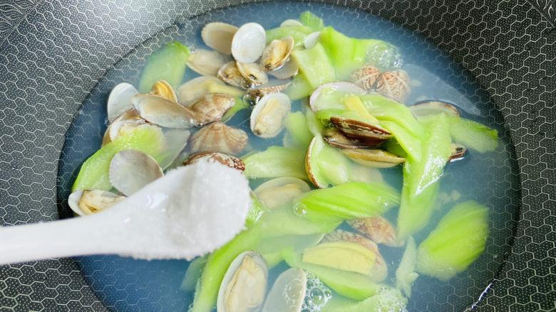 丝瓜花蛤汤,加入适量盐,根据自己喜好添加