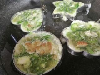 青椒蛋饼,用勺子将蛋液倒入到模具内,八分满即可。