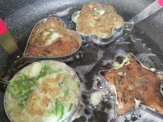 青椒蛋饼,改小火慢慢煎制一面金黄,再翻过来煎另一面。翻面后模具重新套在上面,煎出来的蛋饼形状更完美。