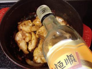 土豆烧鸡翅,加入料酒