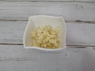 白玉菇炒肉,蒜切末