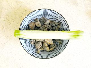丝瓜花蛤汤,准备好食材
