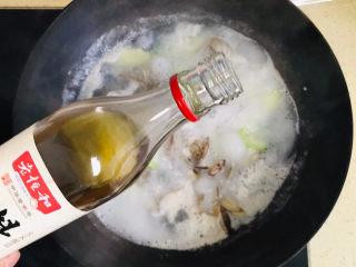丝瓜花蛤汤,淋上料酒