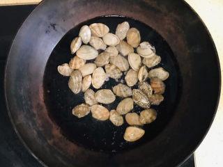 丝瓜花蛤汤,锅里加冷水,倒入清洗干净的花蛤