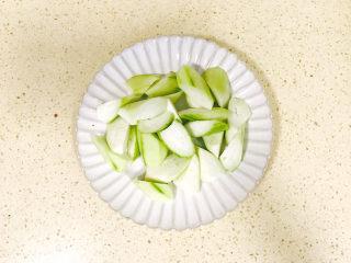丝瓜花蛤汤,切好移至盘里