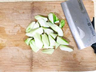 丝瓜花蛤汤,丝瓜去皮切成滚刀块