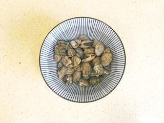 丝瓜花蛤汤,花蛤买回来,要泡上一碗水