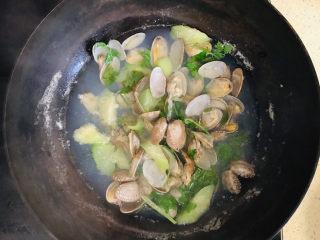 丝瓜花蛤汤,就可以关火起锅了
