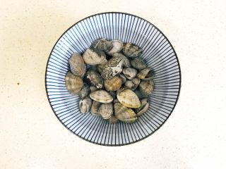 丝瓜花蛤汤,搅拌均匀,这样花蛤可以将沙吐出来