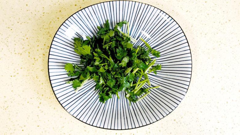 丝瓜花蛤汤,切成香菜末