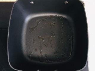卤素鸡,不粘锅烧热,倒入油,均匀摊开