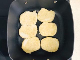 卤素鸡,转小火,慢火煎至素鸡金黄色