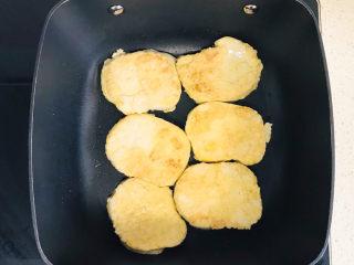 卤素鸡,再翻过来继续煎另外一面成金黄色