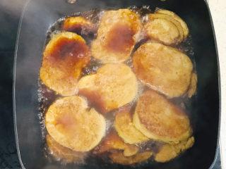 卤素鸡,盖上锅盖,大火煮开,转小火慢慢炖煮