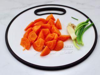榛蘑胡萝卜鸡汤,把胡萝卜洗净切成滚刀块。