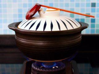 榛蘑胡萝卜鸡汤,盖上锅盖大火煮沸后。转小火慢慢炖煮1小时。