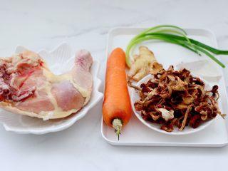榛蘑胡萝卜鸡汤,首先备齐所有的食材。