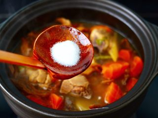 榛蘑胡萝卜鸡汤,加入适量的盐调味。