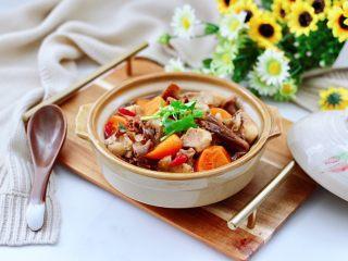 榛蘑胡萝卜鸡汤,滋补养生又健康。
