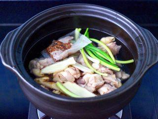 榛蘑胡萝卜鸡汤,把锅冲洗干净后,重新倒入纯悦水,放入焯过水的鸡块,加入葱段和姜片。
