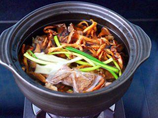 榛蘑胡萝卜鸡汤,再放入炖鸡调料的调料,最后把浸泡榛蘑的水和榛蘑也一起倒入砂锅里。