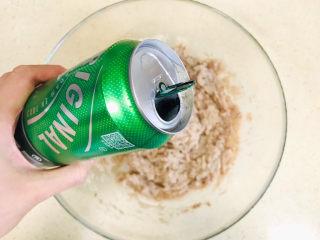 鲅鱼水饺,开始加啤酒,啤酒可以解腥,注意加啤酒不是一次性加入,而是慢慢加入,变搅拌边加入,要看鱼馅的吃水度