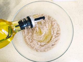 鲅鱼水饺,此时可以加玉米油和香油了,因为油也是液体,同样要分次加入,边搅拌边加入
